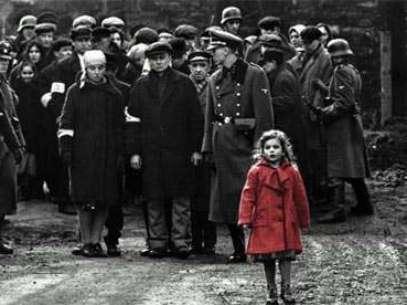 La imagen que llevó a la fama a 'la niña del saco rojo'. Foto: Universal