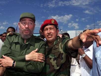 En esta fotografía de archivo del 28 de octubre de 2000, se ve al presidente cubano Fidel Castro, izquierda, junto al presidente venezolano Hugo Chávez en Barinas, Venezuela, cerca de Sabaneta, donde nació Chávez. El vicepresidente venezolano Nicolás Maduro anunció el martes 5 de marzo de 2013, que Chávez había muerto a los 58 años luego de luchar dos años contra el cáncer.  Foto: Jose Goitia, Archivo / AP
