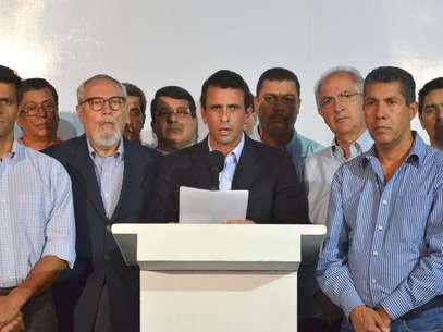 Fotografía cedida por el departamento de prensa de Henrique Capriles Radonsky, donde aparece el gobernador Capriles leyendo un comunicado de condolencias por la muerte del presidente Hugo Chávez, en Caracas. Foto: EFE en español