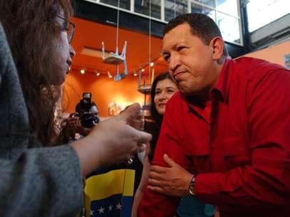 """El ex presidente de Venezuela, Hugo Chávez, escucha a Majora Carter, activista y directora de la organización """"Sustainable South Bronx"""" el 17 de septiembre del 2005, en el sur del Bronx, en Nueva York.  Foto: Jennifer Szymaszek, archivo / AP"""