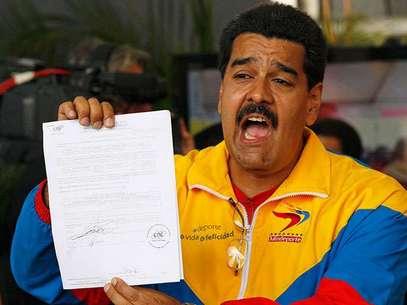 """Maduro, hijo del pueblo, obrero de esta patria estamos dispuestos a empuñar las armas para defenderal país"""", afirmóel presidente encargado. Foto: AP"""