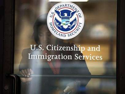 A woman leaves the U.S. Citizenship and Immigration Services offices in New York, in this August 15, 2012 file photo. Foto: Keith Bedford / Reuters