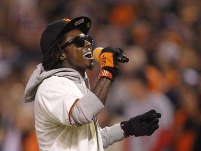 "Rapper Lil Wayne sings ""Take Me Out To The Ball Game"" during the seventh inning stretch in Game 6 of the MLB NLCS playoff baseball series between the St. Louis Cardinals and the San Francisco Giants in San Francisco, October 21, 2012. Foto: Robert Galbraith / Reuters"