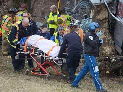 Los fallecidos confirmados por ahora son el conductor y uno de los pasajeros del autobús. Foto: AP