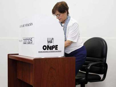 Lima's Mayor Susana Villaran marks her vote during the city's mayor recall election in Lima March 17, 2013. Foto: Enrique Castro-Mendivil / Reuters