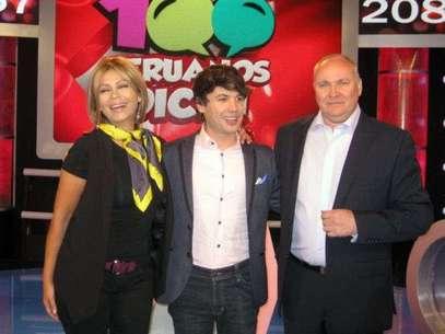 Gisela Valcárcel al lado de Brunos Pinasco y Eric Jurgensen, directivo de América TV. Foto: Terra Perú