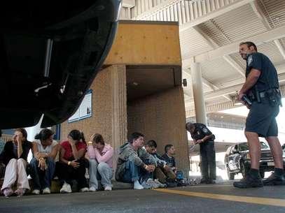 Los agentes encontraron a 30 inmigrantes en la caja del vehículo que los trasladaba hacia Houston. Foto: AP/Archivo