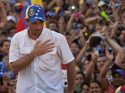 El líder opositor venezolano, Henrique Capriles, continúa recorriendo varios estados del país como parte de su precampaña, de cara a las elecciones presidenciales de abril. Foto: Boris Vergara / EFE en español