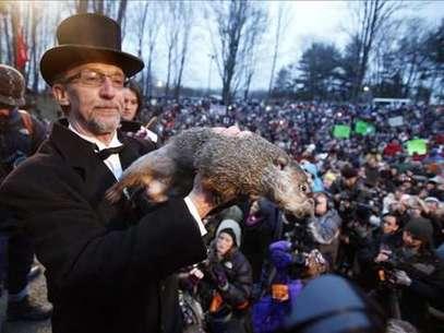 Según la tradición si el roedor ve su sombra habrá seis semanas más de invierno, si no la puede ver quiere decir que la primavera llegará antes. Foto: EFE en español