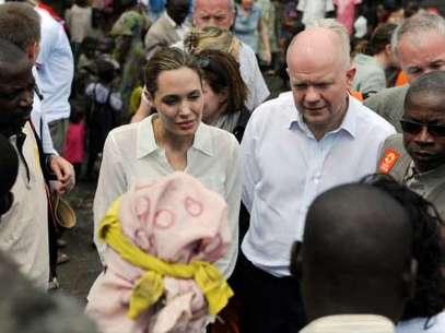 Angelina Jolie juntoal ministro de Relaciones Exteriores Británico, William Hague conversando convíctimas de violaciones y violencias sexuales Foto: Gtres