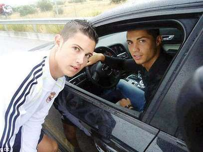 Cristiano Ronaldo poses for a picture with his 'twin.' Foto: Daily Mail