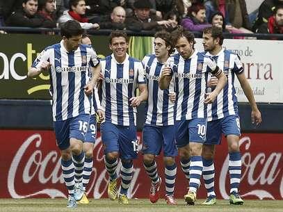El defensa mexicano (centro) hizo el primer gol de los 'Periquitos' con un cabezazo. Foto: EFE