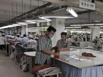 Unos 54 mil empleados norcoreanos fabrican productos para 123 empresas surcoreanas en el complejo industrial de Kaesong. Foto: AP