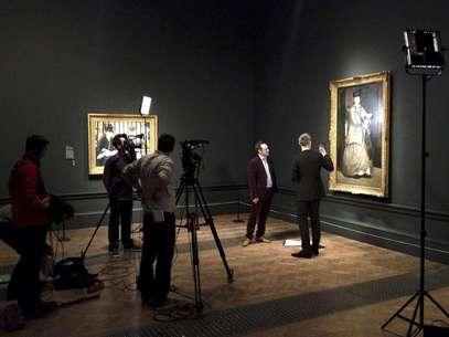 Un equipo de producción filma un documental sobre los retratos de Edouard Manet en la Academia Real de Artes en Londres en una fotografía de enero de 2013. El 11 de abril BY Experience, la empresa detrás de las transmisiones en vivo de la Opera Metropolitana de Nueva York en cines, lanzará su proyecto de proyección de documentales sobre exposiciones de arte de todo el mundo.  Foto: Phil Grabsky Films / AP