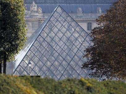 Los turistas no pudieron visitar el miércoles la Mona Lisa, la Victoria de Samotracia o la Venus de Milo debido al cierre del Louvre por un día, debido a una protestas de los guardias porque los carteristas campan a sus anchas por el museo más visitado del mundo. En la imagen, la vista de la pirámide de cristal por la que se entra al Museo del Louvre de París, en una imagen de archivo del 21 de octubre de 2011. Foto: Regis Duvignau / Reuters