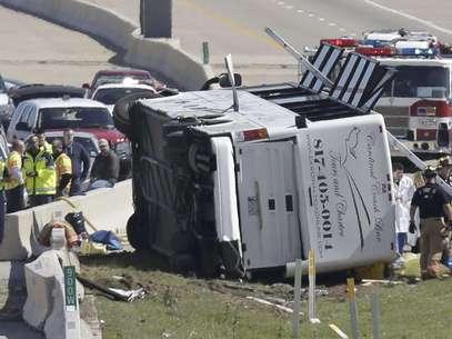 Rescatistas trabajan en el sitio donde chocó un autobús, sobre la Carretera George Bush, el jueves 11 de abril de 2013, en Irving, Texas. Foto: LM Otero / AP