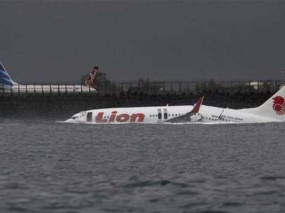 The wreckage of a Lion Air Boeing 737 -800 airplane is seen in the water near Ngurah Rai airport in Denpasar, Bali April 14, 2013. All 108 passengers and crew miraculously survived when the airplane missed the runway on the balmy Indonesian resort island of Bali on Saturday and landed in the sea. Foto: Stringer / Reuters