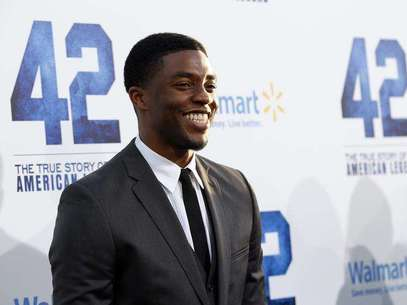 """El drama sobre baseball """"42"""", la historia sobre la histórica entrada de Jackie Robinson en las grandes ligas del béisbol hace más de 60 años, triunfó en taquilla con una recaudación de 27,3 millones de dólares (unos 20,65 millones de euros) en los cines de Estados Unidos y Canadá durante el fin de semana. En la imagen, de 9 de abril, Chadwick Boseman posa en el estreno de """"42"""" en Hollywood. Foto: Mario Anzuoni / Reuters"""