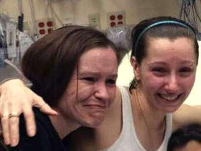 Amanda Berry, derecha, abraza a su hermana Beth Serrano tras reunirse de nuevo en un hospital de Cleveland el lunes 6 de mayo de 2013. Foto: AP