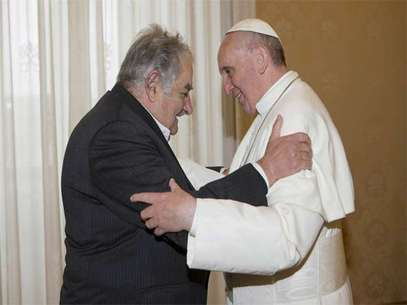 Mujica obsequió una composición y un libro al Papa Francisco. Foto: AFP