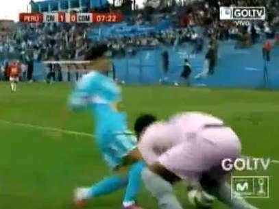 Flores pierde el balón tras una finta innecesaria. Foto: Captura de TV: Gol TV