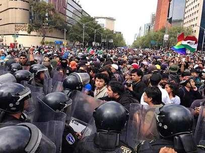 El conato de enfrentamiento se dio durante un par de minutos. Foto: Reforma