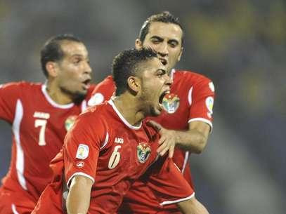 El jugador de Jordania, Saeed Al Murjan, al frente, festeja un gol contra Uzbekistán en los playoffs de Asia por las eliminatorias mundialistas el martes, 10 de septiembre de 2013, en Tashkent, Uzbekistán.  Foto: Anvar Ilyasov / AP
