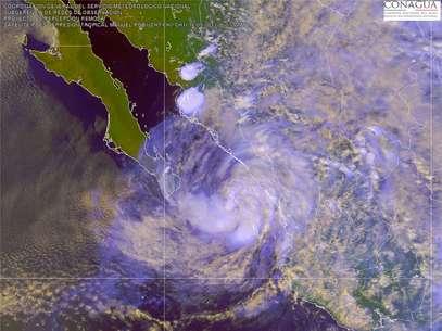 Mantiene una amplia zona de inestabilidad que afecta ya la península de Baja California, el litoral del Pacífico y el occidente del País. Se prevén lluvias muy fuertes y hasta localmente intensas especialmente en Jalisco, Nayarit y Sinaloa Foto: SMN