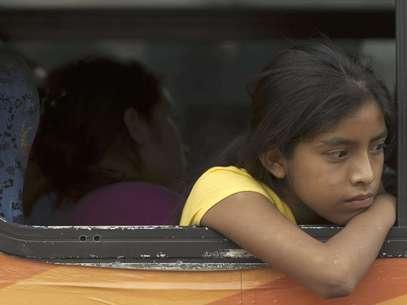 Una niña residente de la villa La Pintada observa desde la ventana de un bus a la espera de ser trasladada a un albergue de emergencia para damnificados por el paso de la tormenta tropical Manuel en Acapulco, México, el jueves 19 de septiembre de 2013.  Foto: Eduardo Verdugo / AP
