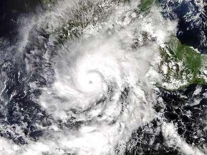 Según el titular de la Conagua, 'Raymond' ha avanzado entre 26 y 30 kilómetros hacia las costas mexicanas en las últimas 24 horas. Foto: AFP