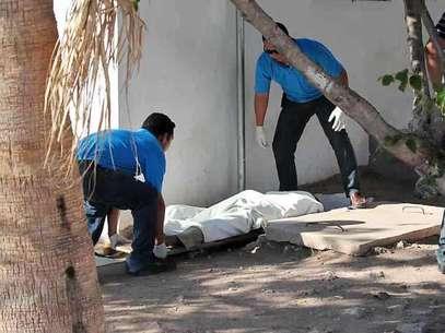Un jornalero agrícola originario del municipio de Casas Grandes, Chihuahua, murió afuera del Hospital General de Guaymas Sonora esperando atención médica la cual supuestamente le negaron por carecer de servicio médico o dinero para pagarlo. Foto: Rolando Chacón / Reforma