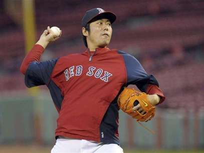 Oct 22, 2013; Boston, MA, USA; Boston Red Sox relief pitcher Koji Uehara (19) throws a pitch during workouts the day before game one of the 2013 World Series against the St. Louis Cardinals at Fenway Park. Mandatory Credit: Bob DeChiara-USA TODAY Sports. Foto: Reuters