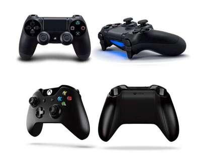 Los controles del PlayStation 4 (arriba) junto a los de Xbox One (abajo) Foto: Terra