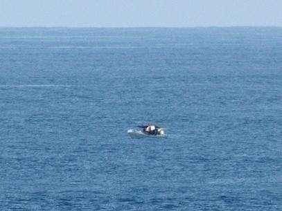El mexicano llevaba tan sólo un calzoncillo en andrajos, afirma que salió de México rumbo a El Salvador en septiembre de 2012 con un compañero que murió en el mar hace ya varios meses. Foto: AP