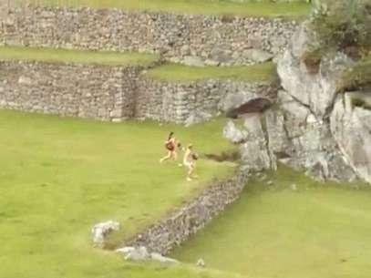 Turistas corrieron desnudos por la ciudadela de Machu Picchu. Foto: Captura de Video