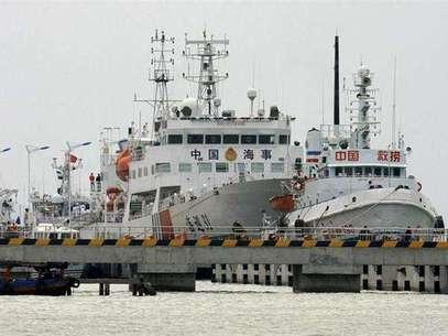 """Uno de los mayores buques de patrulla de China, el """"Haixun 3"""", se prepara para dejar el puerto de Sanya y participar en las operaciones de búsqueda del avión de Malaysia Airlines. Foto: Stringer / Reuters"""