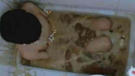 Sem noção: jovem entra em banheira com Coca e Mentos Video: