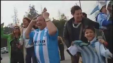 Hinchas argentinos esperaron a la selección en Santiago Video: