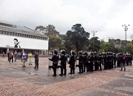 Cerca de 50 miembros del Esmad entraron al campus y permanecieron en la Plaza Central. Foto: David Felipe Rincón / Terra