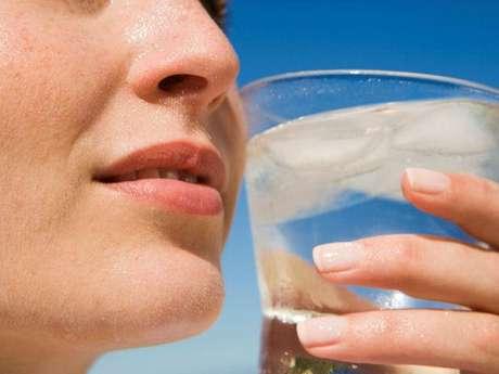 El agua no solo te refresca, sino que es vital para ti. Foto: Thinkstock