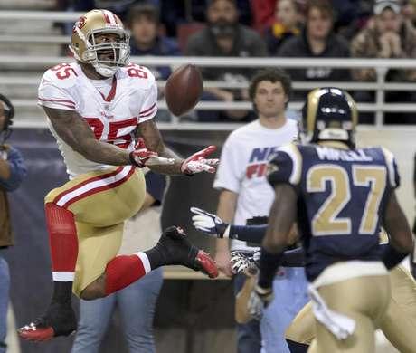 Vernon Davis de los 49ers de San Francisco, a la izquierda, atrapa un pase en el partido ante los Rams de San Luis el domingo 1 de enero de 2012.  Foto: L.G. Patterson / AP