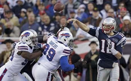El quarterback de los Patriots de Nueva Inglaterra Tom Brady (12) lanza un pase en el partido contra los Bills de Buffalo Bills el domingo 1 de enero de 2012.  Foto: Stephan Savoia / AP