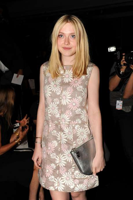 Dakota Fanning elige un atuendo original para la universidad. Foto: Getty Images