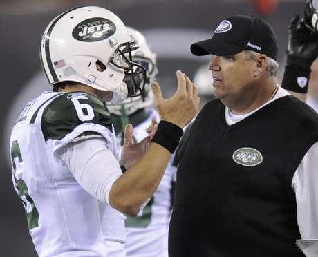 Rex Ryan da instrucciones a Mark Sanchez en un juego de los Jets de Nueva York. Foto: AP