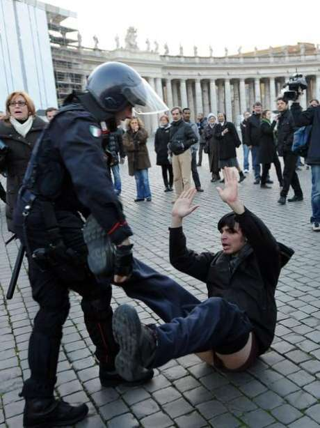 Una veintena de indignados protestó en la plaza de San Pedro del Vaticano. Foto: Getty Images