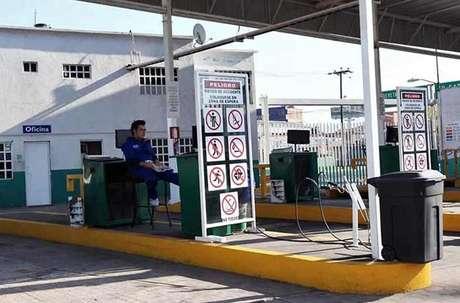 En el verificentro de Jacarandas, en Tlalnepantla, así como en todo el Valle de México, no hay servicio por falta de hologramas. Foto: Alfredo Moreno / Reforma.