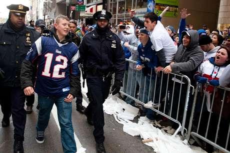 Este aficionado osó en colocarse el jersey del quarterback de los Patriotas ante miles de seguidores de los Gigantes Foto: AP