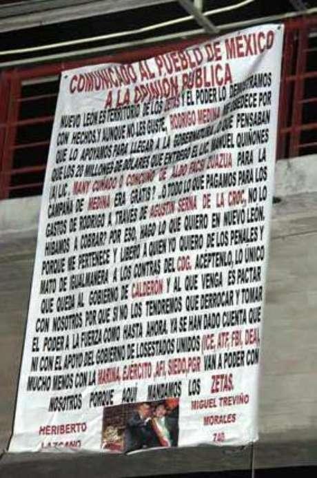 Con mantas colgadas en arterias importantes, presuntamente firmadas por jefes zetas, el crimen desafió al Gobernador Medina a FCH y a quien lo suceda. Foto: Reforma