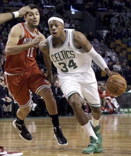 Paul Pierce, derecha, se le escapa al argentino Carlos Delfino de los Bucks de Milwaukee durante la primera mitad del partido que los Celtics ganaron 102-96 el miércoles 29 de febrero de 2012 en Boston.  Foto: Elise Amendola / AP