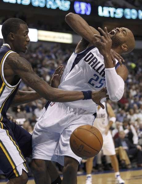 Josh Howard (8), del Jazz de Utah, le quita la pelota a  Vince Carter (25), de los Mavericks de Dallas, durante un partido de la NBA, el sábado 3 de marzo de 2012, en Dallas.  Foto: LM Otero / AP